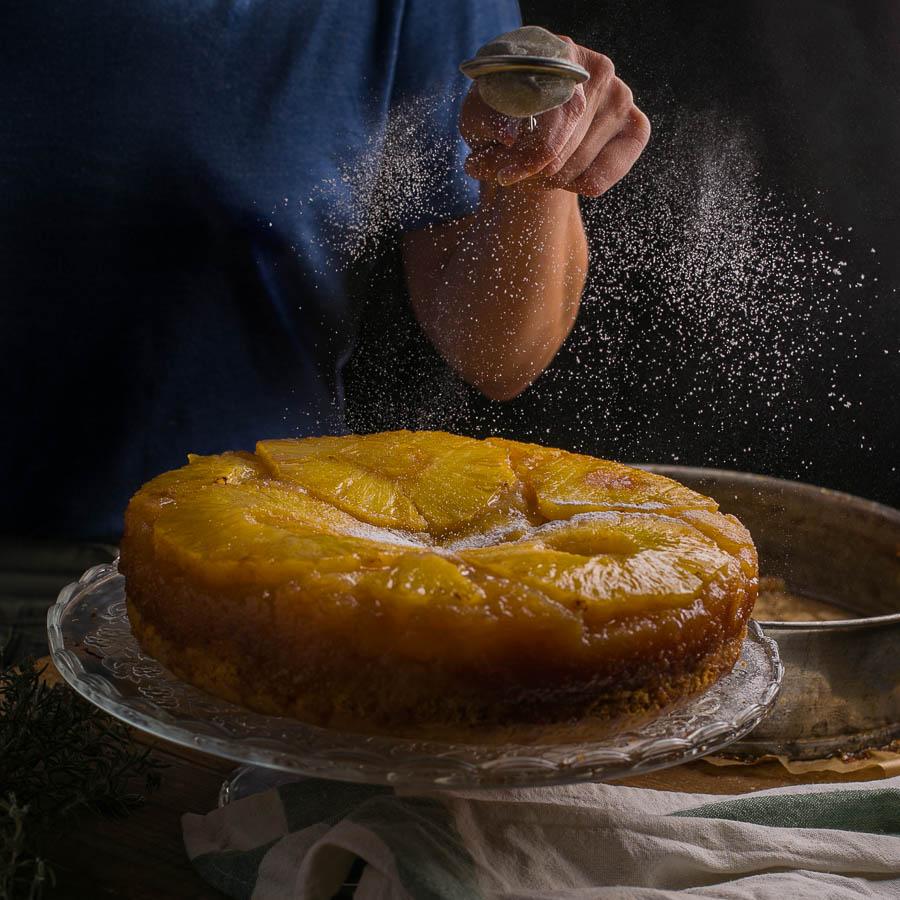 incorporación de un poquito de azucar glass a una tarta de piña